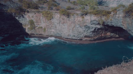 известняк : Beautiful Broken Beach in Nusa Penida, Bali, Indonesia Стоковые видеозаписи