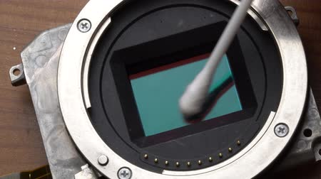 makro fotografie : Macro closeup of cleaning cameras sensor with cotton pad - video in slow motion