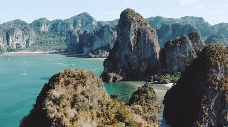 kalker : Beautiful aerial drone footage flying over limestone cliffs near Railay Beach in Thailand Stok Video