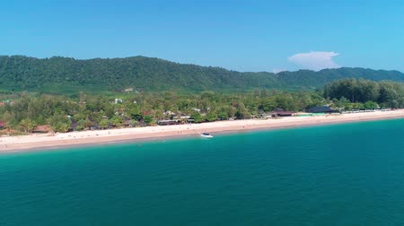 piedra caliza : Aerial drone view of beautiful tropical Koh Lanta paradise island in Thailand Archivo de Video