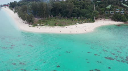 zumbido : Aerial drone view of the beautiful lagoon sea surface and tropical paradise island with white sand. Fly over amazing Koh Lipe island in Thailand Vídeos