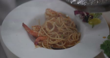 служить : Closeup serving pasta with shrimps in the restaurant - video in slow motion Стоковые видеозаписи