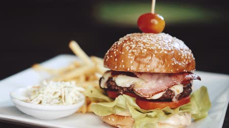 spek : Burger with french fries and coleslaw on the white plate - video in slow motion Stockvideo