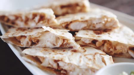 рекламный : Closeup of slliced chicken quesadilla  - video in slow motion