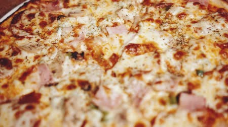рекламный : Closeup of freshly baked super supreme pizza in restaurant - video in slow motion
