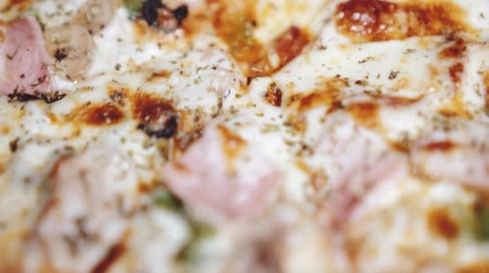 wołowina : Macro closeup of freshly baked super supreme pizza in restaurant - video in slow motion Wideo