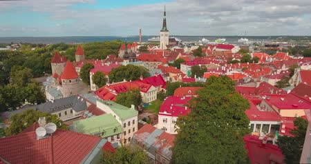 Észtország : Aerial view of the old town of Tallinn, Estonia. Preparations for the wedding on a beautiful sunny day