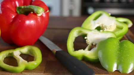 kesme tahtası : Freshly chopped yellow, red, and green peppers on a chopping board in a modern kitchen.