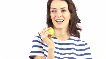 estilo de vida saudável : Beautiful young woman holding an apple and smiling