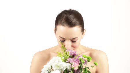 alergia : Young woman smelling a fresh bouquet of flowers and sneezing