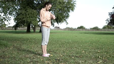 estilo de vida saudável : Young female runner in a tracksuit check her watch before going on a run