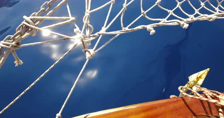 vista frontal : Yacht bow with netting and anchor on a calm summer day on the sea