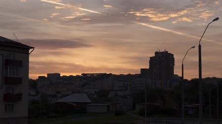 sabah : Time Lapse of dawn over the city. Morning. Sunrise over the rooftops of buildings and houses. The sky covered with cirrus clouds.
