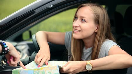 pont : Young tourist woman with car asking for direction