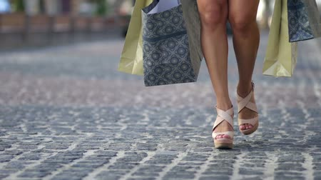 zsák : Young woman with shopping bags walking city street