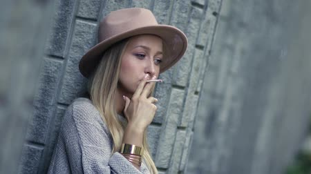 fumegante : Sad lonely woman smoking cigarette and thinking Stock Footage