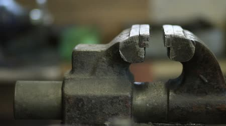 аккуратный : Old and rusty bench vise in metalwork workshop