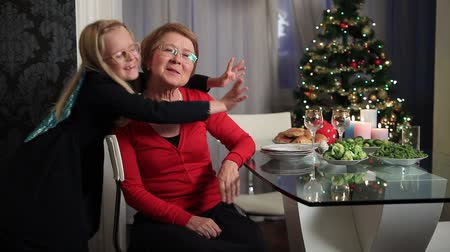 sarılmak : Little girl hugging her grandmother on Christmas