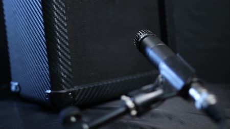 amplificador : Guitar amplifier and music stand with microphone Vídeos
