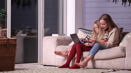 онлайн : Mother gives online shopping education to daughter