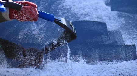 фронт : Scraping ice from cars front windshield window