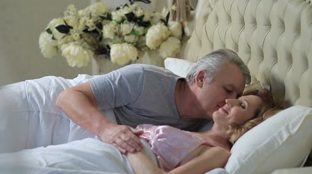 amadurecer : Senior man waking up his wife with kiss