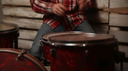 vurmalı : Young man playing drum kit on stage Stok Video