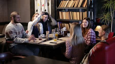 repousante : Restful teenage friends enjoying in the cafe. Stock Footage