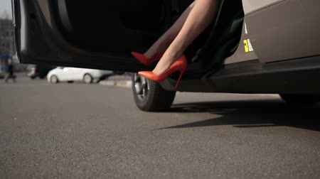 pięta : Sexy legs in high heel shoes getting out of car Wideo