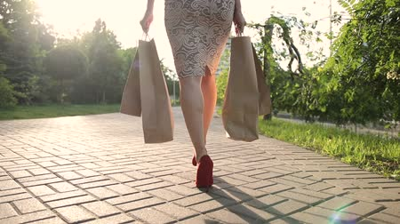 pięta : Shopper woman legs with shopping bags in street Wideo