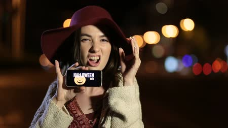oferta : Girl showing smartphone with offer on screen