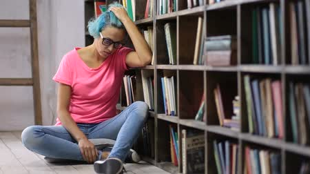 студент : Depressed woman after failing exam in library