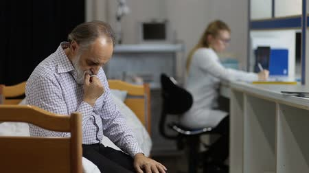 aguardando : Anxious patient waiting for medical test in clinic