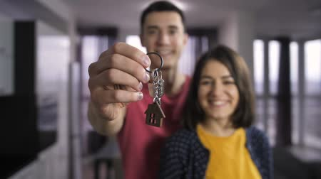 evli : Husband and wife holding keys to new home