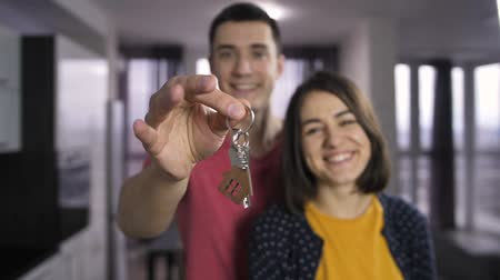 tremer : Male hand shaking keys to new house indoors Vídeos