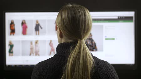 página da internet : Female fashion shopping online on wide screen pc
