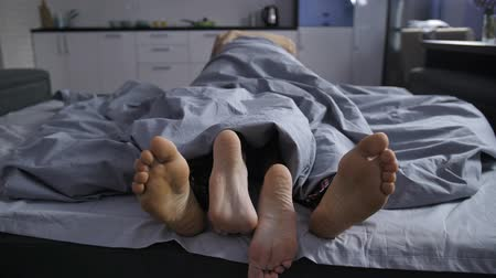 ayaklar : Feet of affectionate couple cuddling in bed
