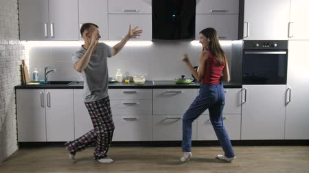 пижама : Happy couple dancing to music in the morning