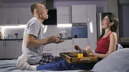 креп : Romantic couple eating breakfast in bed