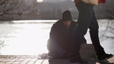 рецессия : Homeless bearded male begging and using laptop