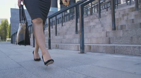 pięta : Low section of business woman walking to job Wideo