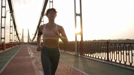 suporte : Portrait of positive senior woman running in city Stock Footage