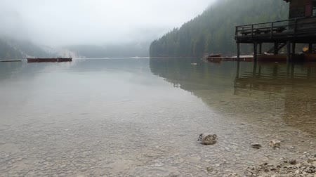 лодки : Wooden hut in the Pragser Wildsee lake of the dolomites at a foggy day