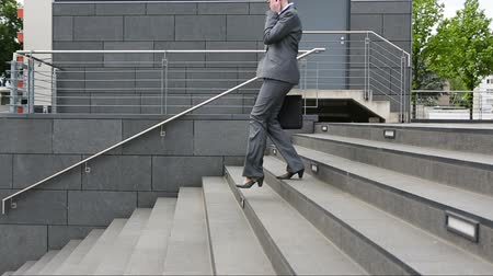 schody : Woman in business suit walking down stairs