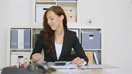 polegar : Business woman holding red thumbs up sign in her office (Full HD)