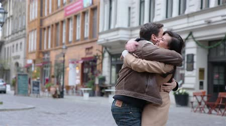 apaixonado : Happy couple in love embracing in a German city (Full HD) Stock Footage