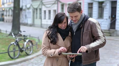 gidip : Happy couple using a tablet computer together in Berlin city (Full HD) Stok Video