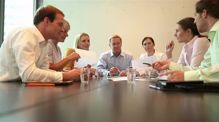 тренировка : Business people discussing in team meeting in a conference room full HD