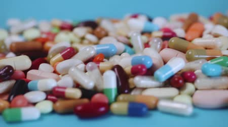 analgésico : Closeup of a pile of many colorful medication pills and capsules (HD)
