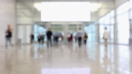 convenção : Blurred crowd of people passing by in a conference hall during a convention (HD)